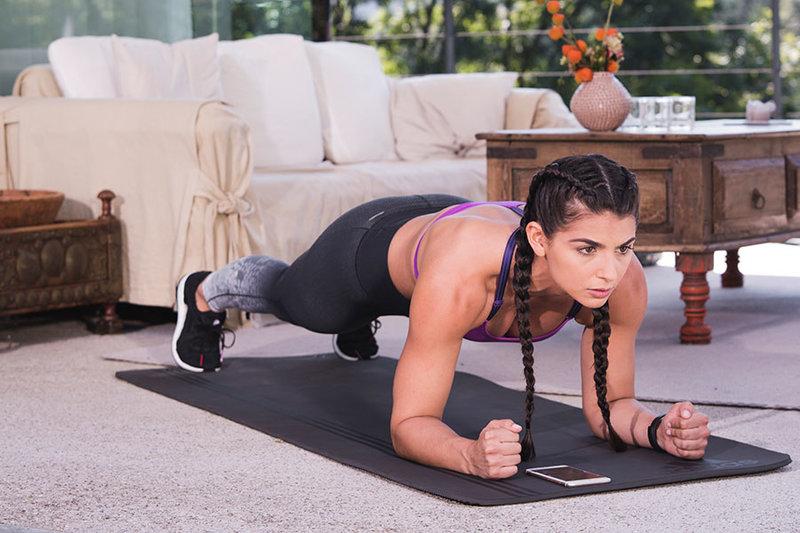Bodyweight-Training: Eine Frau macht Übungen mit dem eigenen Körpergewicht