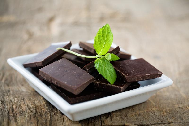 Pfefferminzschokolade auf einem Teller.