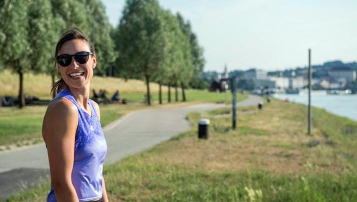 Eine Frau lacht glücklich in die Kamera