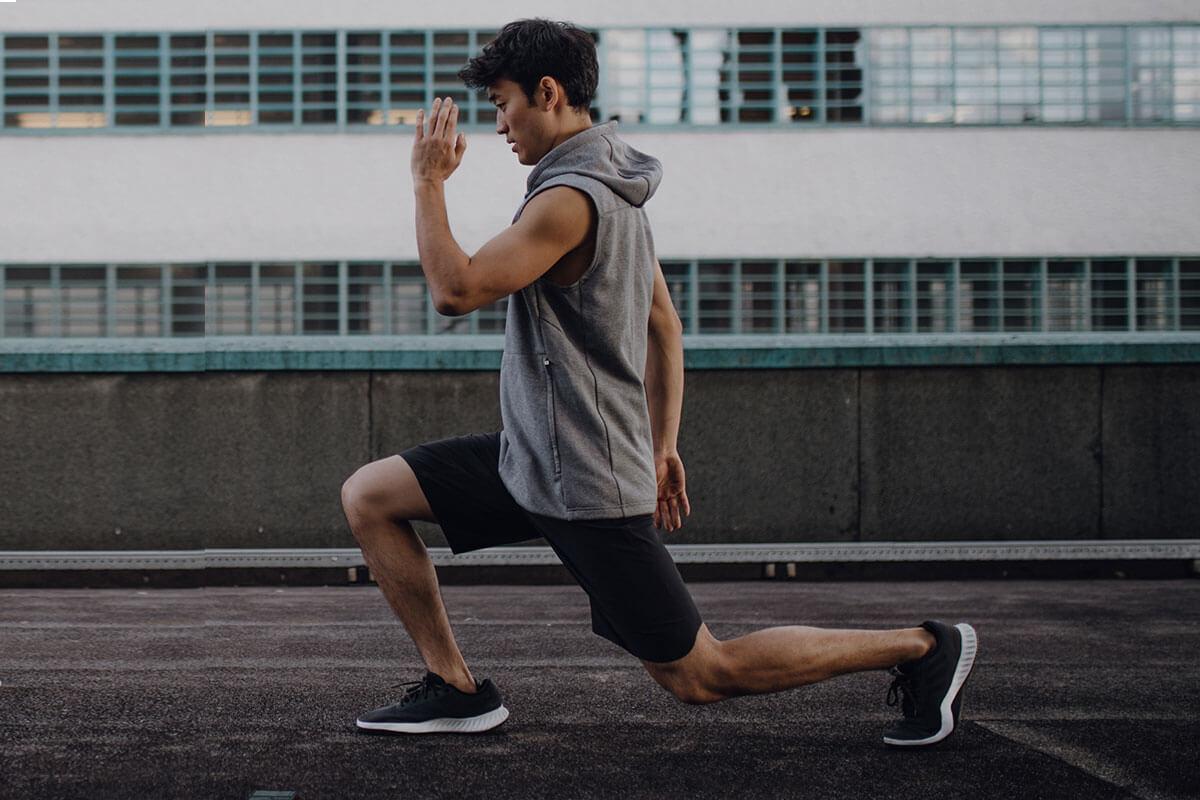 un homme fait des fentes après son run