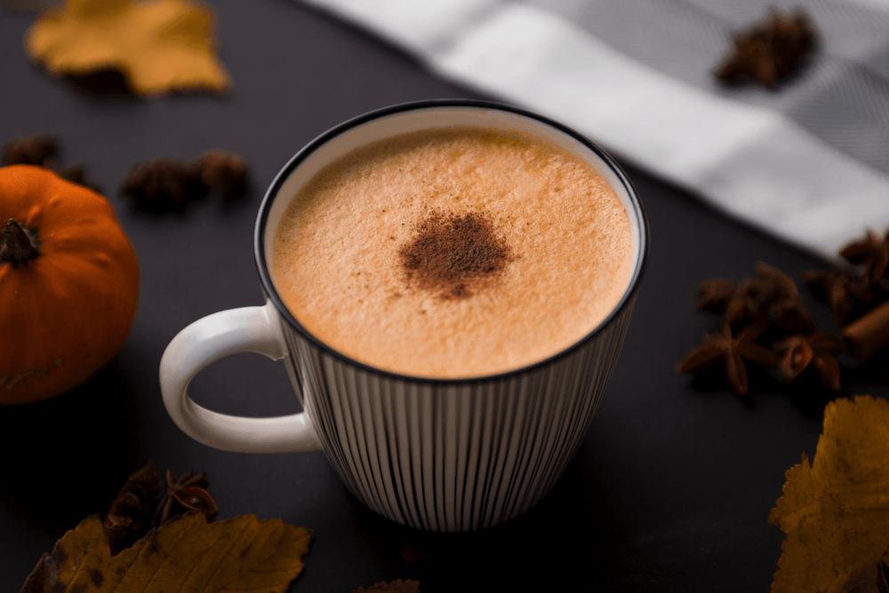 una taza de café con canela