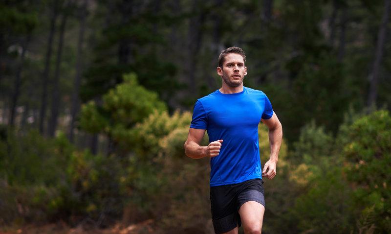 Junger Mann beim Laufen im Wald.