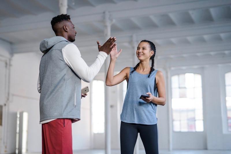 Uomo e donna che si allenano