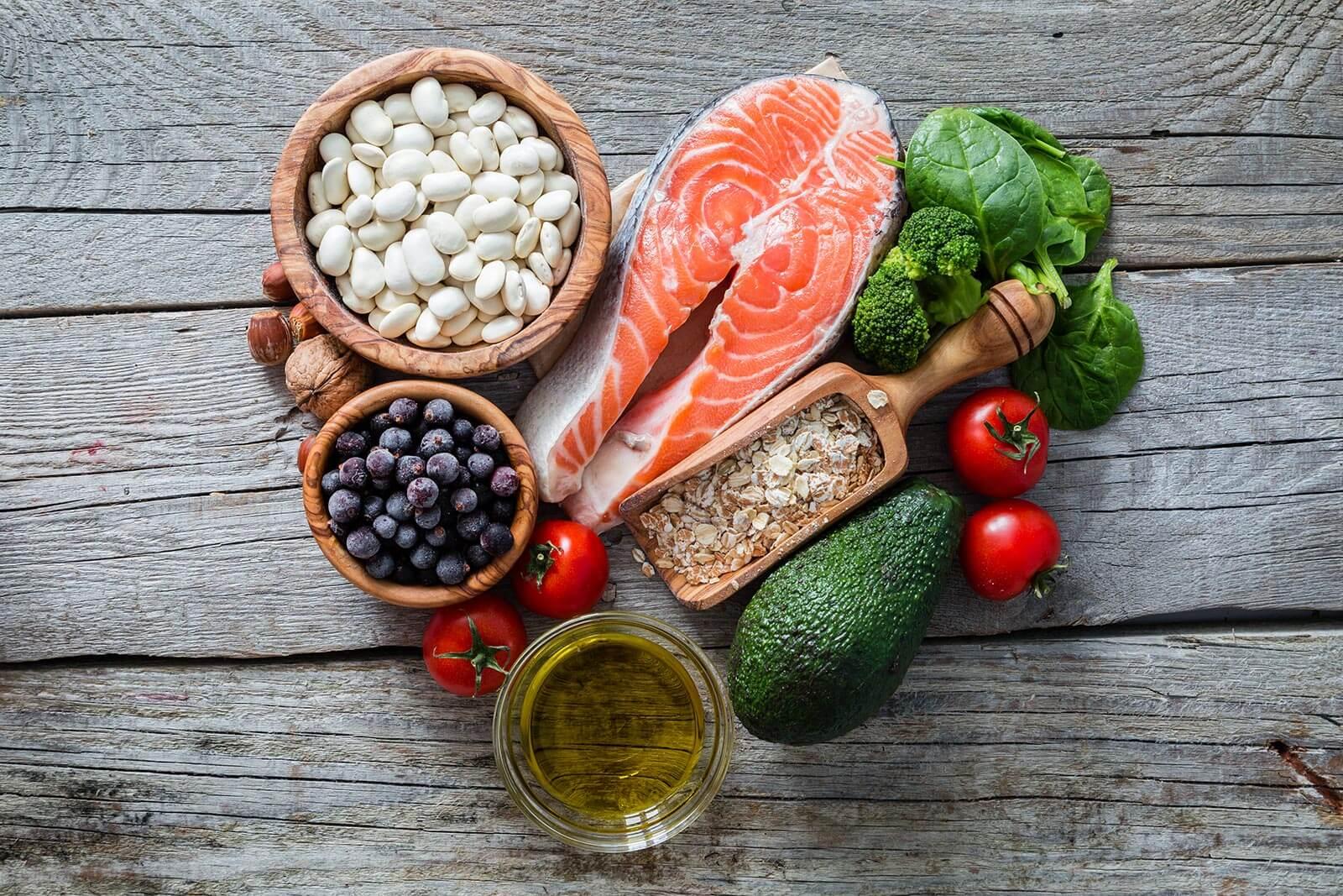 Salmón, legumbres, aguacate, verduras, tomates , nueces y aceite de oliva