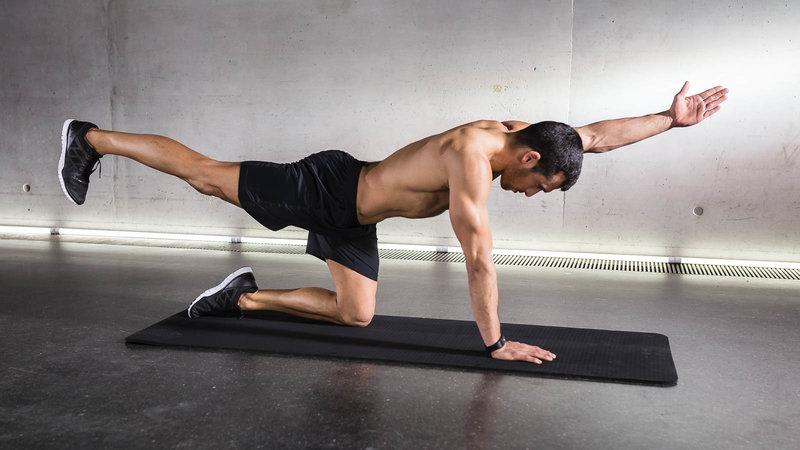 Fitnessathlet macht Quadruped Limb Raises