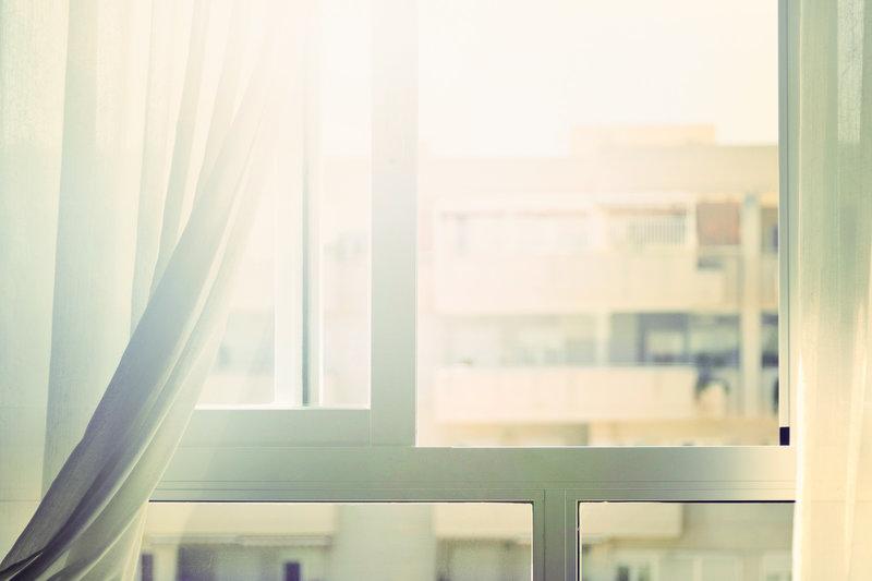 Une fenêtre qui laisse entrer la lumière
