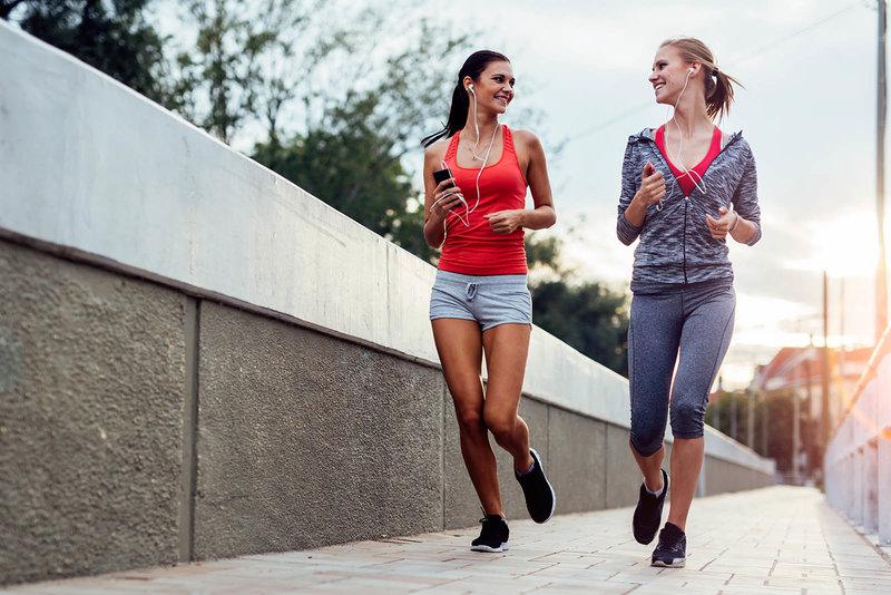 Deux amies qui font leur jogging en fin de journée.