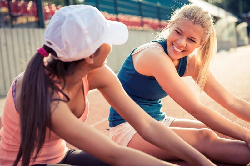 Deux femmes qui s'étirent après leur entraînement.