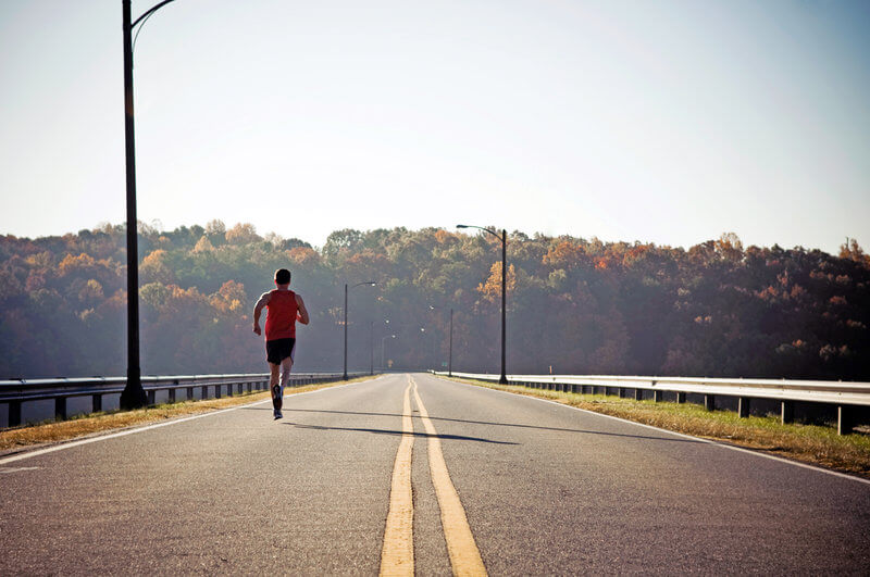 Un homme qui court sur une route