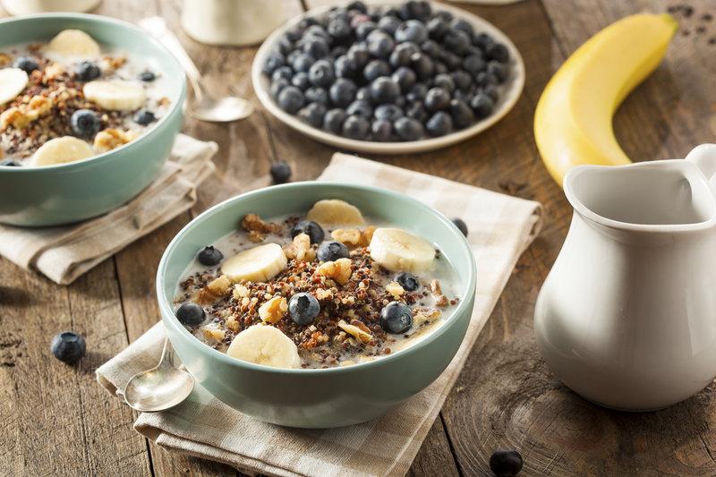 Boles de desayuno con avena, plátanos, arándanos y leche