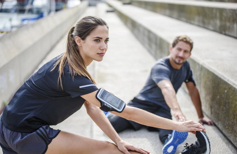 Jeune couple s'étirant après leur jogging.