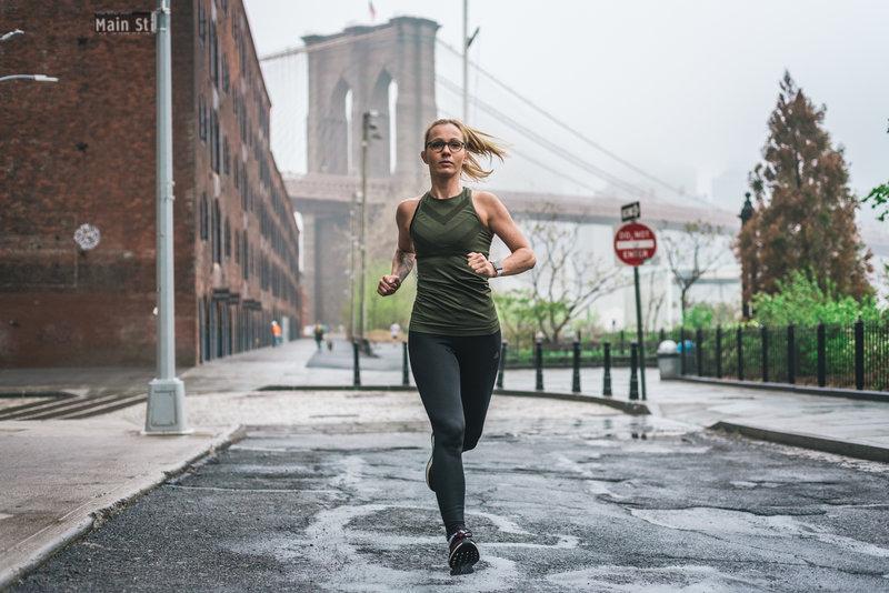 Jeune femme qui court à Brooklyn