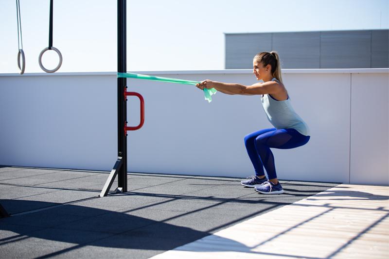 Eine junge Frau macht eine Übung mit dem Fitnessband