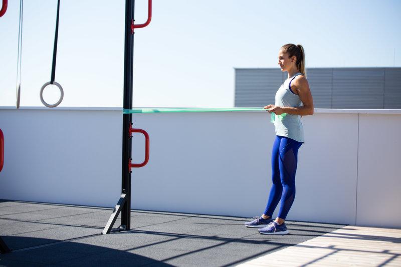 Frau macht squat to row