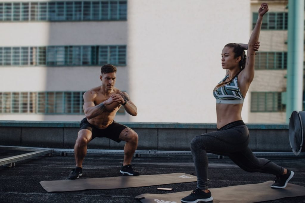 2 Personen machen draußen Sport