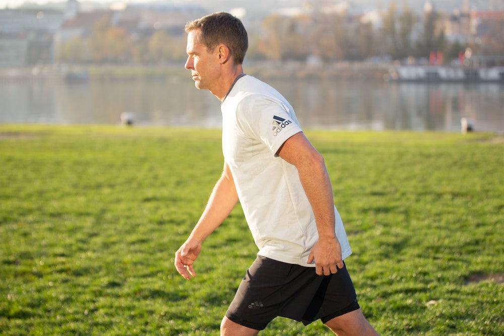Runner avec les bras tendus