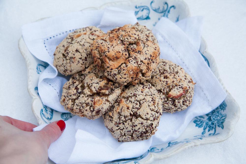 Brötchen mit rotem Quinoa und Datteln