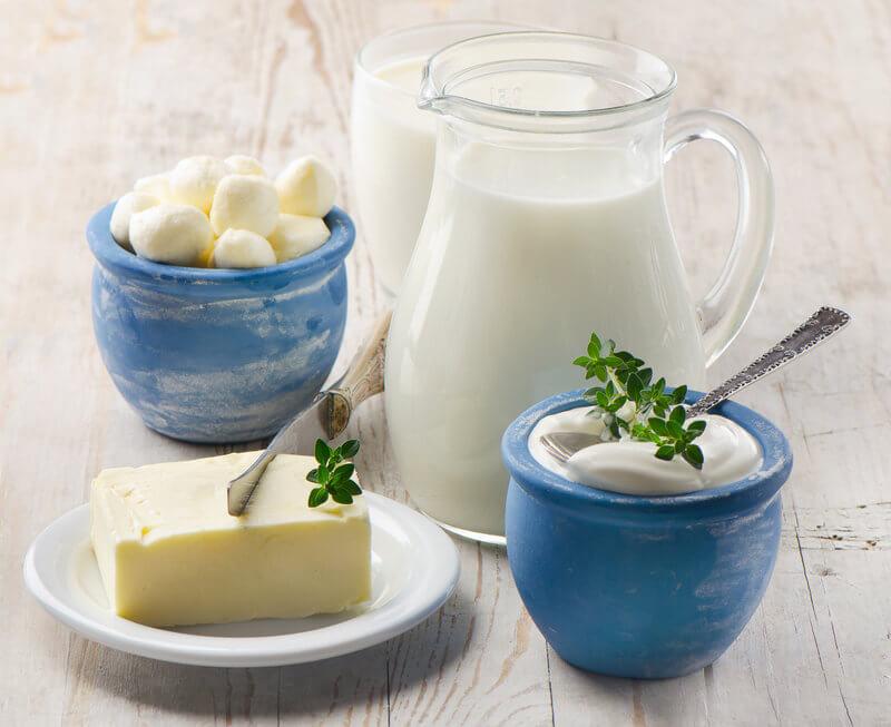 Foto von verschiedenen Milchprodukten auf einem Tisch.