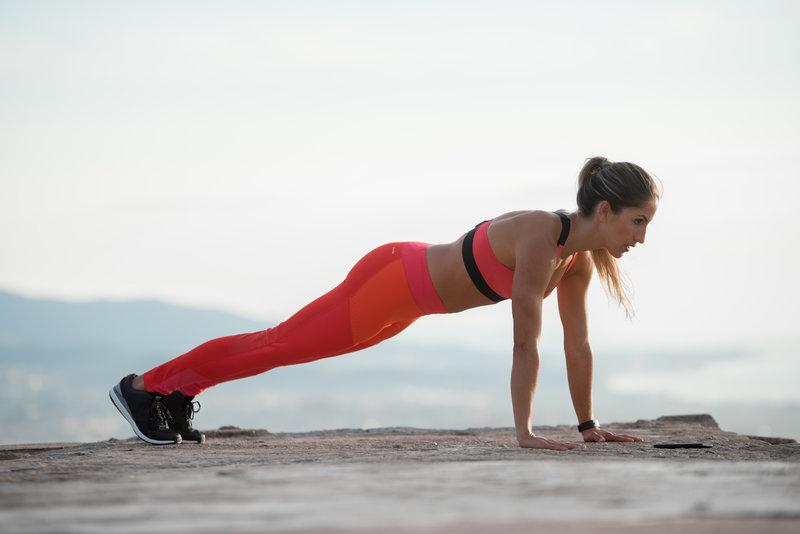 Jeune femme en position de planche
