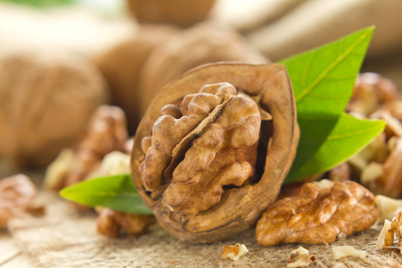 Nahrungsmittel mit einem hohen Anteil an ungesättigten Fettsäuren sind zum Beispiel Nüsse.