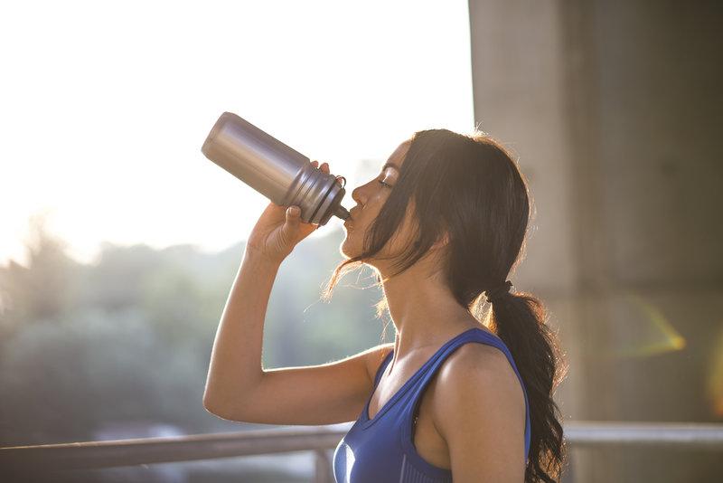 Eine ausreichende Flüssigkeitszufuhr ist das Um und Auf, damit der Körper gut funktioniert.