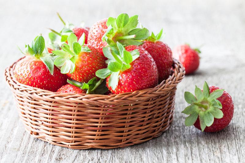 Korb mit frischen Erdbeeren.