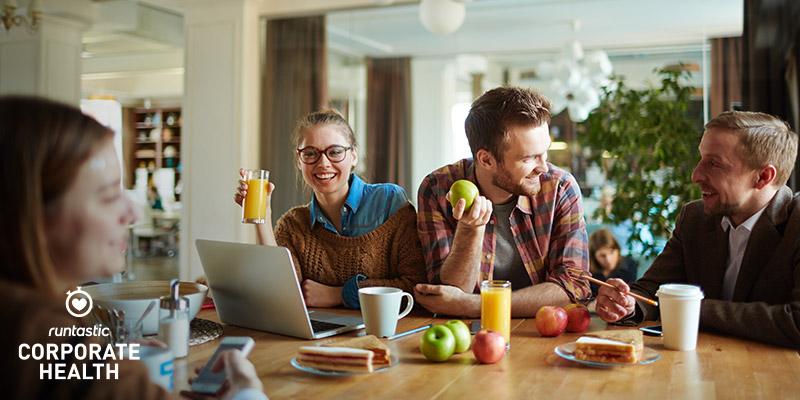Zwei Kollegen essen frisches Obst in der Mittagspause.