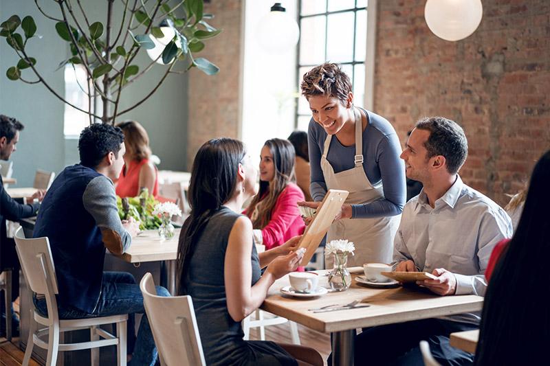 Verliebtes Paar beim Bestellen in einem Restaurant.