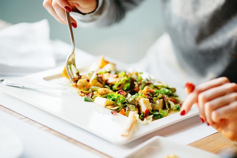 Gruener Salat mit Feta auf einem Teller.
