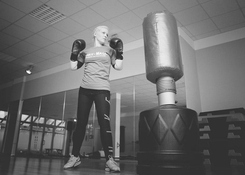 Jeune femme qui fait de la boxe