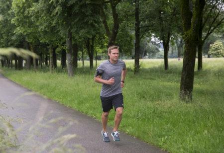 Mann läuft in der Natur
