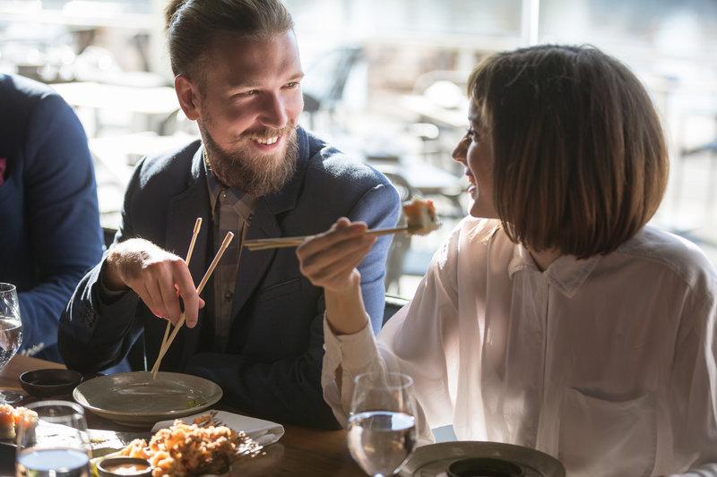 Ein Paar beim Mittagessen von Sushi.