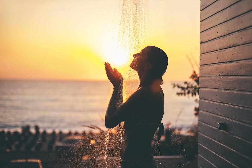 mujer duchándose al aire libre