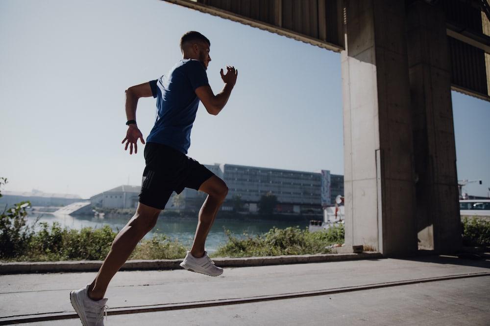 Un hombre joven corriendo