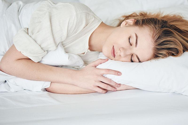 Eine Frau schläft auf der Seite