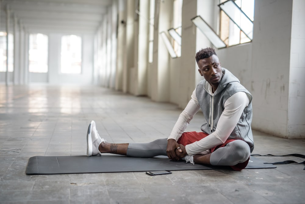 Hombre con dolor muscular debido al entrenamiento