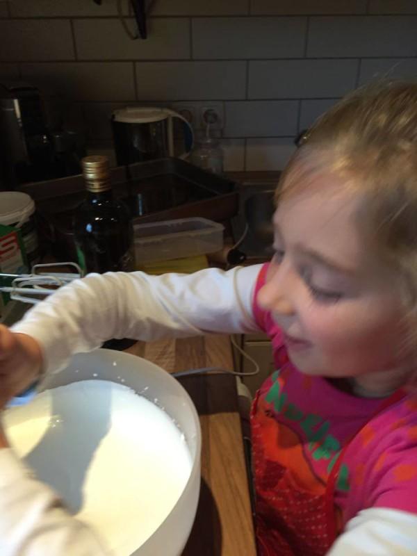 Kleines Mädchen beim Backen