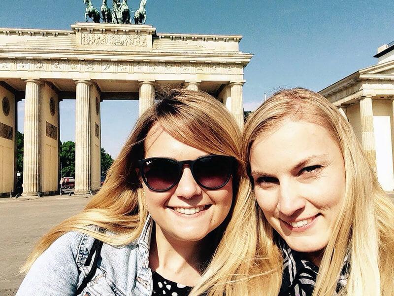 Zwei Mädchen vor dem Brandenburger Tor.