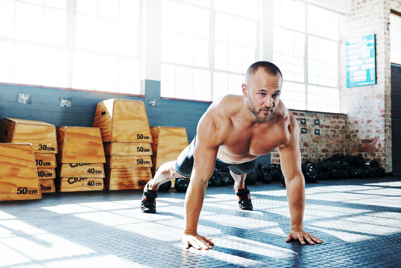Full length shot of a young man doing pushups in the gymhttp://195.154.178.81/DATA/i_collage/pu/shoots/805959.jpg