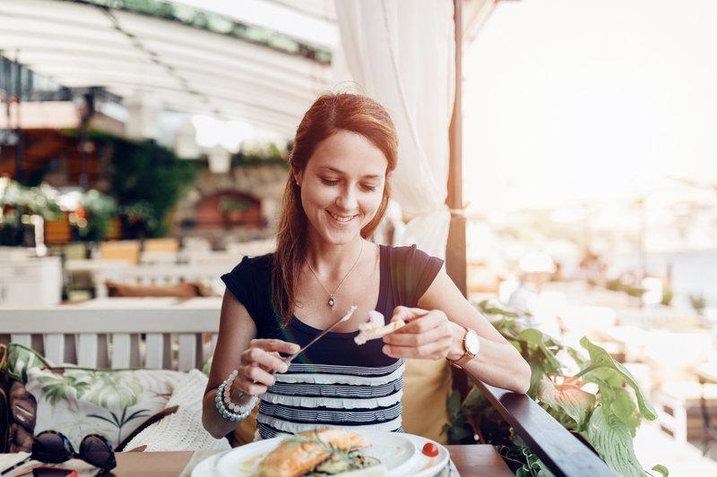 Junge Frau freut sich auf ihr Essen.