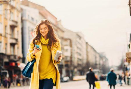Eine Frau geht durch die Stadt