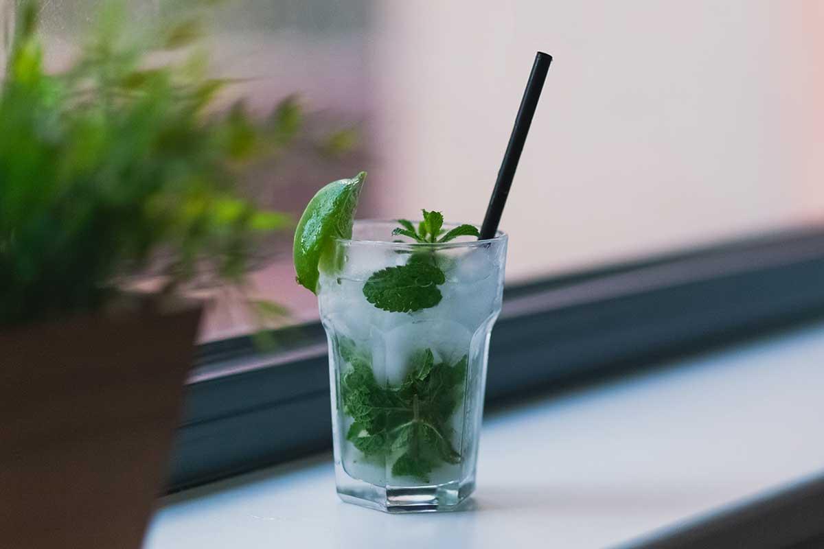 Ein Strohhalm aus Plastik in einem Drink