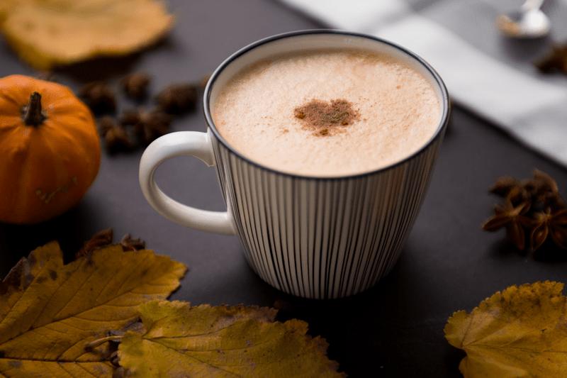 Eine Tasse Pumpkin Spice Latte