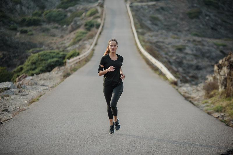 Eine Frau läuft alleine auf der Straße