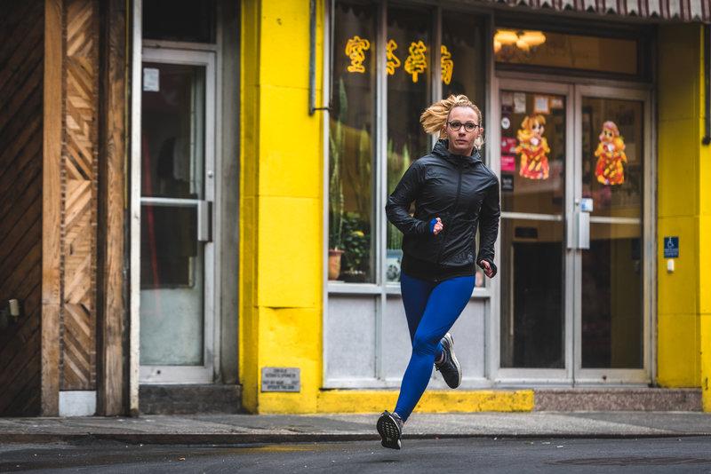 Une femme qui court dans la rue