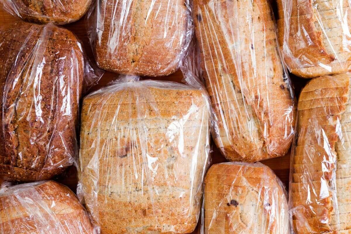 Brot, das in Plastik verpackt ist