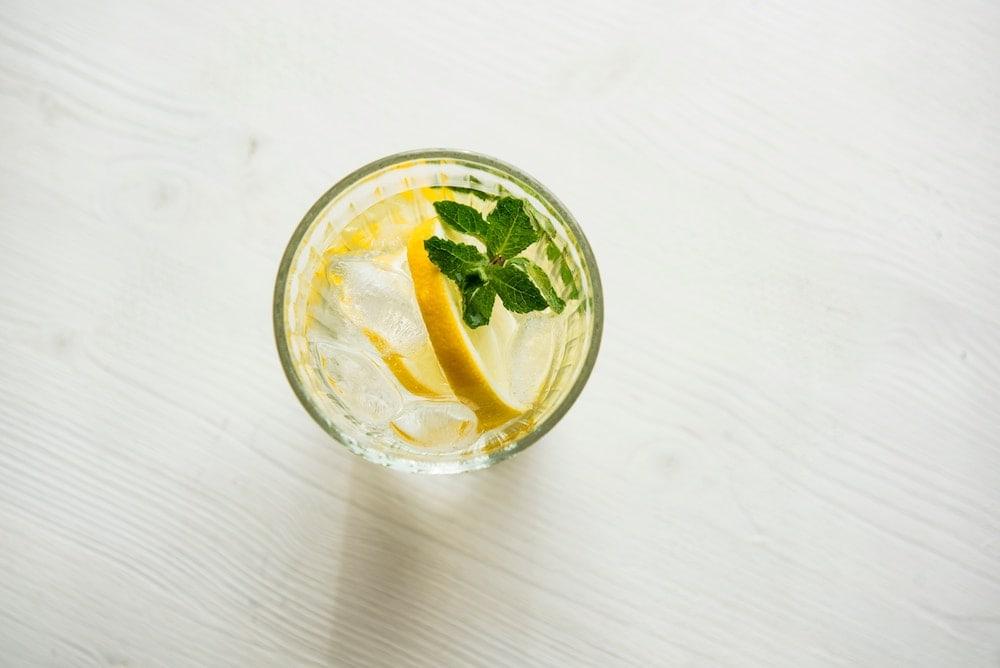 boisson froide avec une rondelle de citron et de la menthe