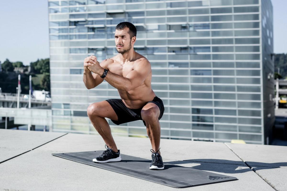 Mann macht Squats richting ohne Fehler