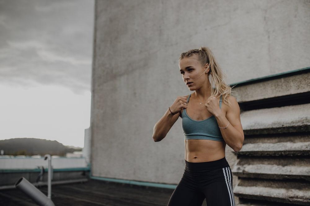 Une femme qui s'entraîne