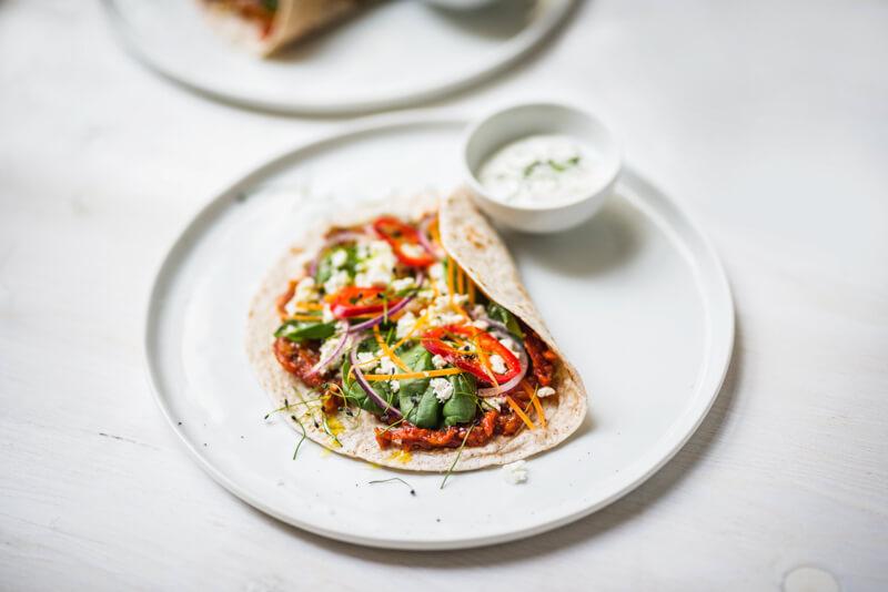 Ein Teller mit einer gefüllten Tortilla